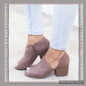 Cut out side people toe shoe